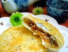 Teochew Mooncakes :) Let's try out some savoury sweet mooncakes for a change! This is a traditional T. Pork Floss, Mooncake Recipe, Cake Festival, Dough Ingredients, Bean Cakes, Good Food, Yummy Food, Moon Cake, Traditional Cakes