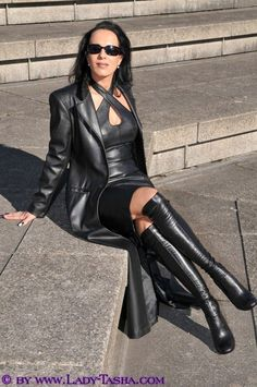 Long Leather Coat, Black Leather, Sexy Older Women, Sexy Women, Black Boots Outfit, Leder Outfits, Latex, Dress Attire, Fetish Fashion