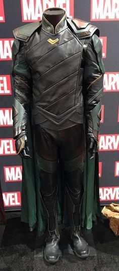 Loki costume on display at the Marvel SDCC booth. Via Torrilla: https://m.weibo.cn/status/4131751679287834#&gid=1&pid=4 Larger: https://wx1.sinaimg.cn/large/6e14d388gy1fhqu8jh4iqj20p51kw12j.jpg