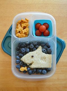 Cute ideas for the lunchbox Best Picture For Food Book for toddlers For Your Taste You are looking for something, and it is going to tell you exactly what you are looking for, and you didn't find that Bento Box Lunch For Kids, Kids Packed Lunch, Kids Lunch For School, Healthy School Lunches, Healthy Toddler Meals, Toddler Lunches, Lunch Snacks, Kids Meals, Bento Kids