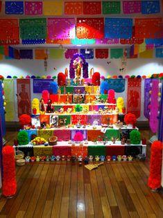 altar colorido Day Of The Dead Diy, Mexico Day Of The Dead, Day Of The Dead Party, Outdoor Halloween, Family Halloween, Diy Halloween Decorations, Halloween Crafts, Fiesta Decorations, School Decorations