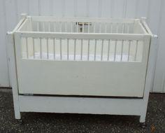 Altes Kinderbett mit integrierter Wiege