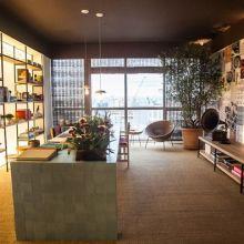 O escritório de uma chef de cozinha, assinado por Renata Seripieri, destaca-se pelo uso de colagens personalizadas na parede e pelos ladrilhos hidráulicos que revestem a mesa.