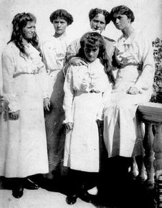 The Grand Duchesses with their mother: 1913.