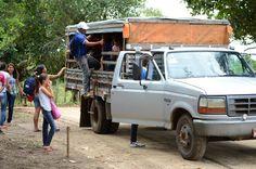 Estudantes pulam para descer de pau-de-arara, pequeno caminhão que chega a levar 40 crianças e adolescentes por viagem, na caçamba.  Fotografia: Beto Macário/UOL.