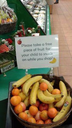 """""""Пожалуйста, возьмите фрукт бесплатно, чтобы ваш ребенок мог перекусить, пока вы заняты покупками"""""""
