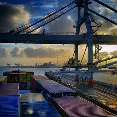 """""""#stukjevaren #klfotografie #Nautictrans #uitzicht #kraan #instasky #instagood #clouds #horizon #sun #Europoort #ect #Maasvlakte #binnenvaart #nlrtm #nl_rtm"""""""