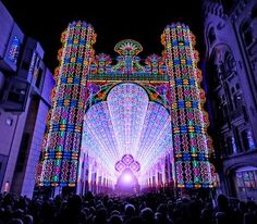Em viagens a Europa, a gente sempre vê catedrais, uma mais linda que a outra. Mas essa com certeza será a mais diferente – ela é feita com mais de 55 mil luzes de LED! Na verdade, é uma instalação de arte e não uma catedral de verdade, feita pro Ghent Light Festival desse ano, lá na Bélgica.