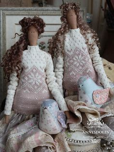 Carla tiene una novia Clara, son muy similares a ella. Punto suéter rosa lechoso, una falda decorada con encaje de algodón. Carla de pájaro cosida de parches de color.