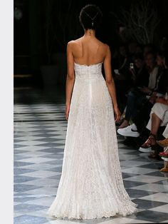 Schulterfreies Brautkleid mit Corsage und Spitzenapplikationen auf Oberteil und Rock. Rock, Wedding Dresses, Fashion, Tops, Dress Wedding, Bridal Gown, Gowns, Bridal Dresses, Moda