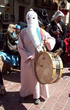 Tocando el tambor en Moratalla (Murcia) ¿dónde está Wally?