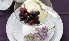 Kirschen mit Sabayon - Rezepte - Schweizer Milch Panna Cotta, Cherry, Fruit, Ethnic Recipes, Food, Cherries, Food Food, Swiss Guard, Milk
