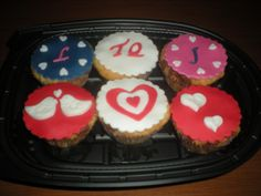 Cupcakes con trocitos de choco! Una dulce sorpresa para su chico! Felicidades, pareja!!