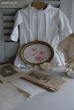 Tissu ancien encadré , décor de roses Brocante de charme atelier cosy.fr