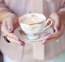 DIY Candles in teacups!!  This is perfect for an Alice in Wonderland fan, Marie Antoinette or even shabby chic.  I know someone who would just love these (besides myself of course!)