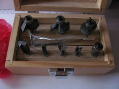 SET OF 8 ROUTER BITS COMES IN WOODEN BOX WITH ALLEN WRENCH