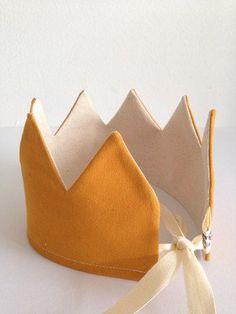 Crown ochre via Suussies. Sewing Toys, Baby Sewing, Sewing Crafts, Sewing Projects, Sewing For Kids, Diy For Kids, Crafts For Kids, Creation Couture, Crafty Craft