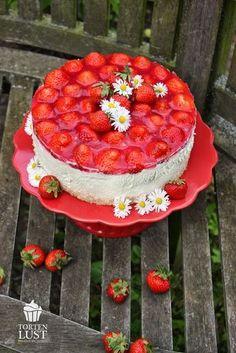 Erdbeer- Windbeutel-Torte - Rührteig mit Schmand-Sahne-Creme und Windbeuteln - http://tortenlust.blogspot.de/2014/05/rezept-erdbeer-windbeutel-torte.html