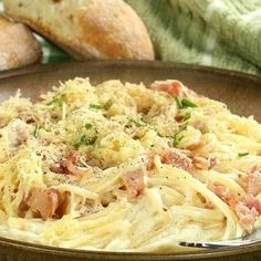 Gonna make this for le bf! This easy and cheesy spaghetti carbonara recipe is a delicious classic meal. Spaghetti Carbonara Recipe from Grandmothers Kitchen. Greek Recipes, Wine Recipes, Food Network Recipes, Pasta Recipes, Italian Recipes, Cooking Recipes, Pasta Carbonara, Carbonara Recept, Carbonara Recipe With Cream