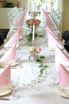 Pink and white table setting. Pink and white table setting. White Table Settings, Beautiful Table Settings, Deco Table, Decoration Table, Wedding Table, Pink And Gold, Tablescapes, Floral Arrangements, Diy And Crafts