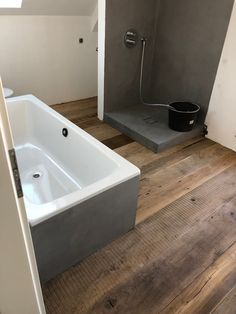 Originale, alte Eichendielen in einem Münchner Appartement.   Ideen und Inspiration für den Badezimmerboden aus unseren Referenzen