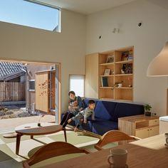 光を取り込む吹き抜けのある平屋|米子の注文住宅設計-ウエノイエ Japanese House, Loft, Desk, House Design, Interior, Furniture, Home Decor, Desktop, Decoration Home