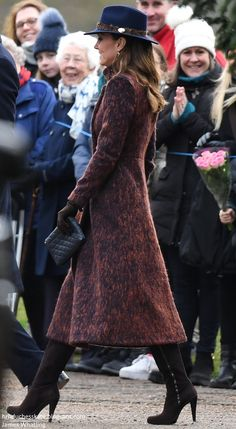 The Duchess was in a new coat and hat for church services this morning at Sandringham, the Queen's Norfolk estate. The Duke and Duchess joined HM for the morning service at the church of St. Kate Middleton Outfits, Kate Middleton Blog, Estilo Kate Middleton, Kate Middleton Birthday, Kate Middleton Family, Carole Middleton, Duke And Duchess, Duchess Of Cambridge, Lady Diana