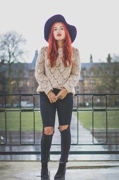 stile-hipster-abbigliamento-moda-jeans-neri-strappi-ginocchio-maglia-rete-cappello-nero