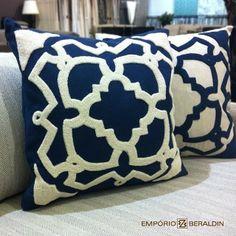 Almofadas bordadas da coleção do Empório Beraldin.