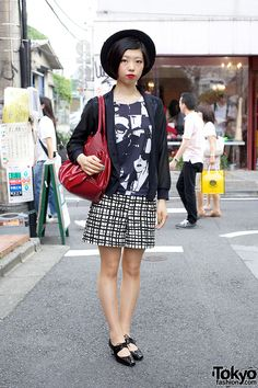 #japanese street fashion point: red bag against contrasts