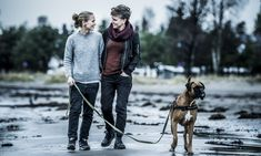 LYKKELIG GIFT: «Farmen»-deltakeren Eunike Hoksrød (t.h) og kona Vibekke har vært gift i fem år. Da ekteparet traff hverandre for femten år siden, var Hoksrød gift med en mann. Her på luftetur med hunden Tyson hjemme i Tønsberg. Foto: Thomas Rasmus Skaug