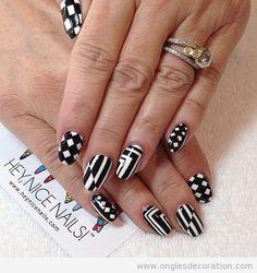 Dessin sur ongles motif geometrique en blanc et noir                                                                                                                                                                                 Plus
