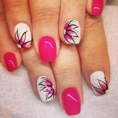 Pretty nail accents. #flowers #summernails #handpainted