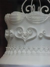 Cake Decorating Tutorials (How To's)                                             http://www.squires-shop.com/uk/product/the-art-of-royal-icing-by-eddie-spence