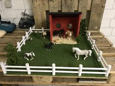 This Schleich paddock is so cool! Toy Horse Stable, Schleich Horses Stable, Horse Barns, Wooden Toy Barn, Wooden Music Box, School Holiday Crafts, Diy For Kids, Crafts For Kids, Bryer Horses