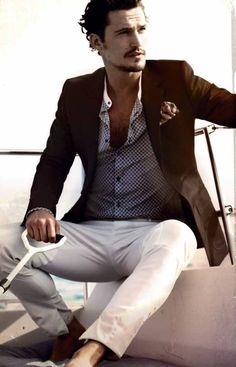 el hombre lleva pantalones blanco y abrigo marrón.