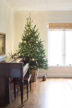 Simple Family Room Christmas Decorations - easy and festive Christmas decorations. #Christmas #Christmasdecorations #holidays