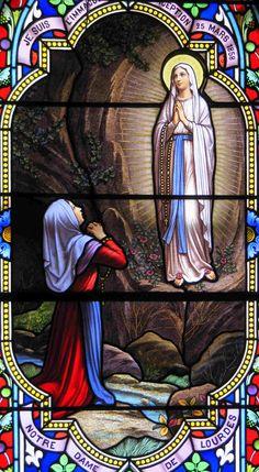L'Assomption : montée au Ciel de Marie. Vitrail dédié à Notre Dame de Lourdes.