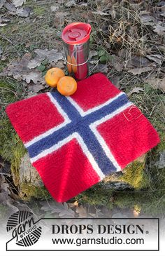 Knitted and felted seating pad with domino squares in DROPS Eskimo. Picnic Blanket, Outdoor Blanket, Magazine Drops, Knit Dishcloth, Drops Design, Free Knitting, Knitting Patterns, Free Pattern, Threading
