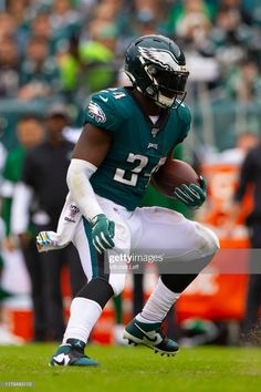 Jordan Howard of the Philadelphia Eagles runs the ball against the New York Jets at Lincoln Financial Field on October 2019 in Philadelphia, Pennsylvania. Get premium, high resolution news photos at Getty Images Cool Football Helmets, Football S, Football Players, Panthers Football, Philadelphia Eagles Pictures, Philadelphia Eagles Apparel, Baby Tigers, Tiger Cubs, Tiger Tiger