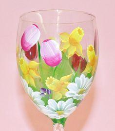 Hand Painted Wine Glass Spring Bouquet por BrushStrokeBoutique