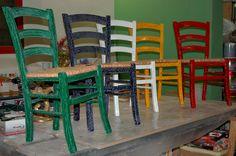 Set completo in resina tinta unita. Sedute in stile rustico rivisitate (e reimpagliate)