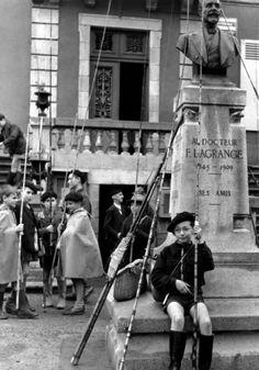 Concours de pêche à Pierre-Buffières   1954  ¤ Robert Doisneau   16 août 2015   Atelier Robert Doisneau   Site officiel