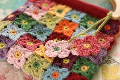 crochet … bag of blossoms … would make a pretty baby's blanket too … ~…pattern (not free) —>>>(via Cherry Heart: Blossoming Bag) Bag Crochet, Crochet Purses, Crochet Granny, Crochet Motif, Crochet Stitches, Crochet Hooks, Crochet Flower Patterns, Crochet Flowers, Entre Crochet