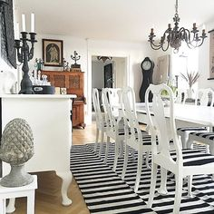 Check out this eclectic home design from @violan9 over on Instagram. I love the slightly quirky Tim Burton-esque modern charm it has and love the dining table.