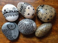oeuvresverotib: galets Shades of Zentangle! Mandala Painting, Pebble Painting, Dot Painting, Pebble Art, Stone Painting, Stone Crafts, Rock Crafts, Pebble Stone, Stone Art