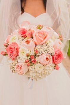 Buquês de noiva - com rosas, peônias e mosquitinho