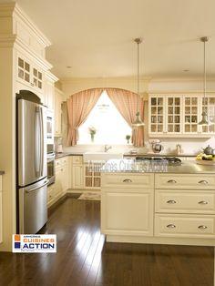 Tout est invitant dans cette cuisine en merisier couleur coquille d'oeuf. L'accent des accessoires rehausse le tout . Kitchen Island, Kitchen Cabinets, Decoration, Kitchen Design, Kitchens, Home Decor, Interiors, Egg Shell, Home Colors
