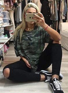 Outfits with vans Camoflauge shirt black ripped jeans black vans Camoflauge shirt black ripped jeans black vans 30 Outfits, Tumblr Outfits, Fall Outfits, Fashion Outfits, Winter School Outfits, Fashion Styles, Baddie Outfits Casual, Vans Fashion, College Outfit For Fall