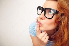 Скачайте стоковую фотографию Портрет Забавные девушки в сомнения о чем-то - широкоугольный объектив эффект - 47831101 из многомилионной коллекции лицензионных фотографий, иллюстраций и векторных изображений Depositphotos.